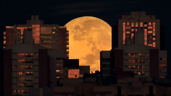 Pilnmēness pirms aptumsuma Brazīlijas kvartālos - Sputnik Latvija