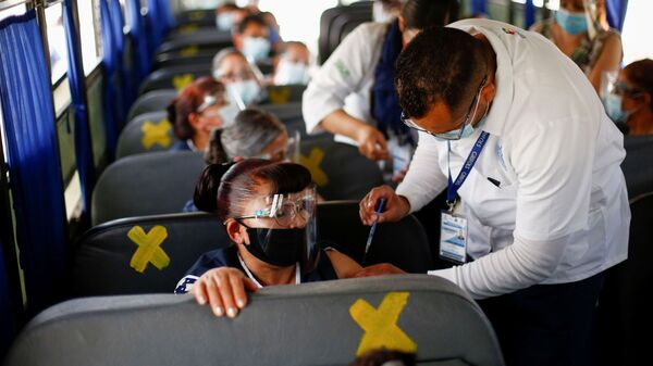 Сотрудники получают дозу вакцины от коронавируса Pfizer-BioNTech (COVID-19) в автобусе в Сьюдад-Хуарес, Мексика - Sputnik Латвия