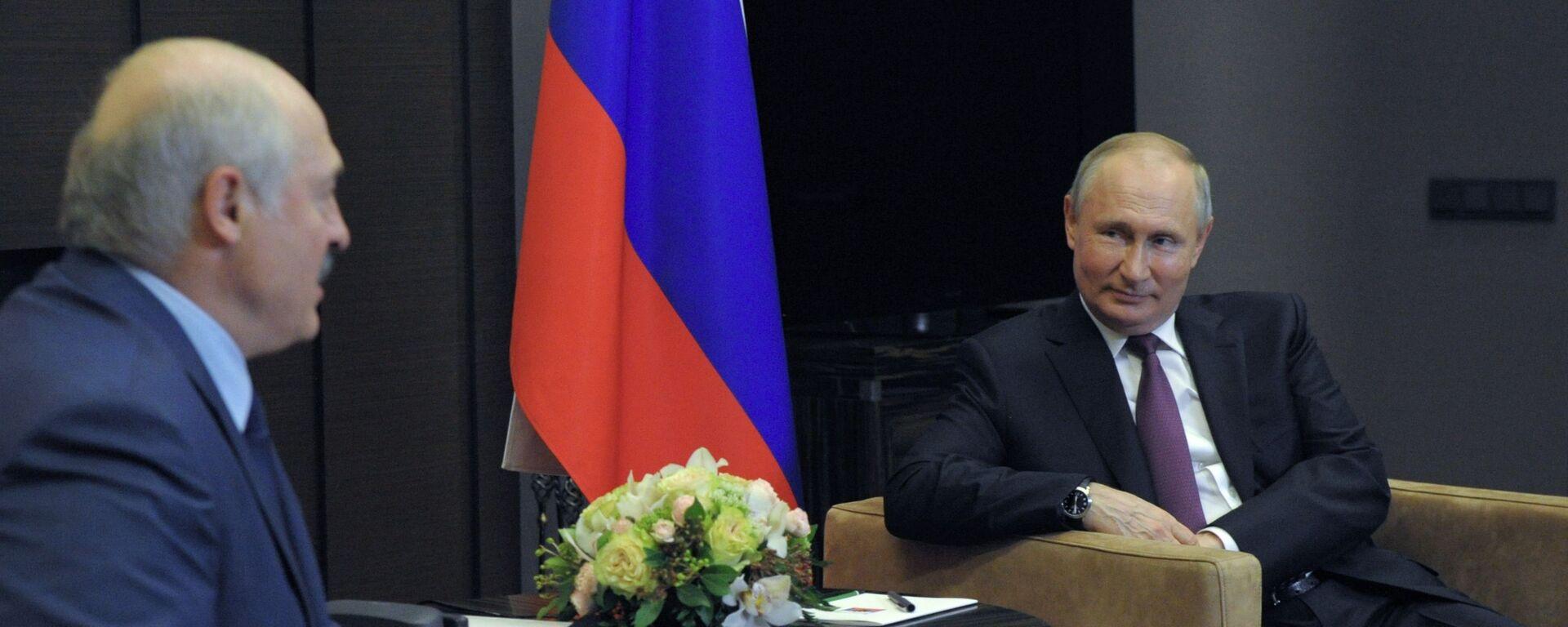 Президент РФ Владимир Путин и президент Беларуси Александр Лукашенко (слева) во время встречи в Сочи, 28 мая 2021 - Sputnik Латвия, 1920, 28.05.2021