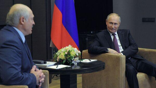 Президент РФ Владимир Путин и президент Беларуси Александр Лукашенко (слева) во время встречи в Сочи, 28 мая 2021 - Sputnik Латвия