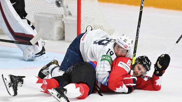 Нападающий США Джейсон Робертсон и защитник Канады Колин Миллер в матче группового этапа чемпионата мира по хоккею - 2021 между сборными командами Канады и США - Sputnik Латвия