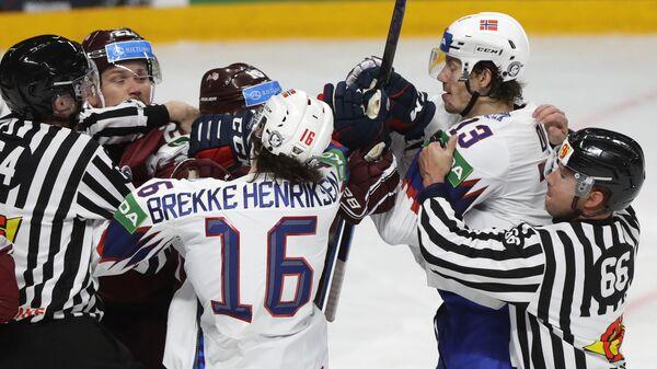 Потасовка между игроками в матче между сборными Латвии и Норвегии по хоккею на чемпионате мира в Риге - Sputnik Латвия
