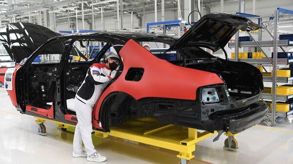 Линия окончательной сборки автомобилей Aurus Senat на заводе в ОЭЗ Алабага в Татарстане - Sputnik Latvija