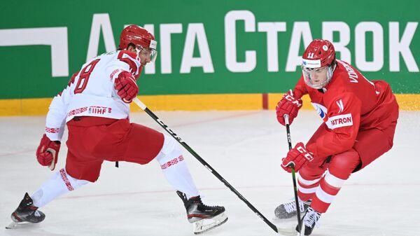 Илья Шинкевич (Белоруссия) и Дмитрий Воронков (Россия) (справа) в матче группового этапа чемпионата мира по хоккею 2021 между сборными командами России и Беларуси. - Sputnik Латвия