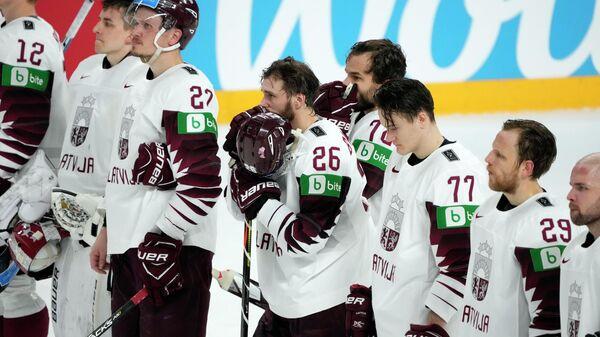 Игроки сборной Латвии после матча с сборной Германии на чемпионате мира по хоккею в Риге - Sputnik Латвия