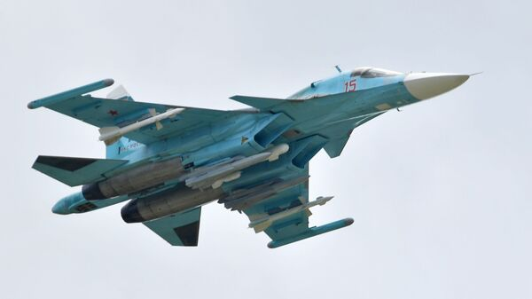 Российский многоцелевой истребитель-бомбардировщик Су-34 выполняет демонстрационный полет на авиасалоне МАКС-2019  - Sputnik Латвия