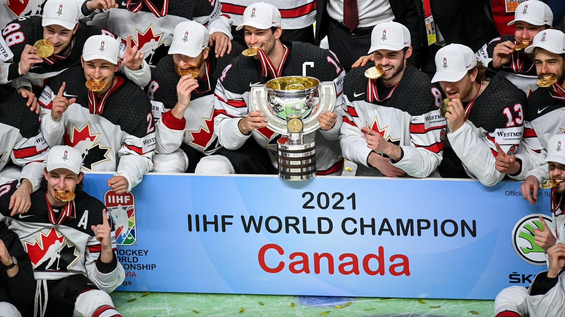 Игроки сборной Канады на церемонии награждения после окончания финального матча чемпионата мира по хоккею 2021 между сборными командами Финляндии и Канады. - Sputnik Латвия, 1920, 07.06.2021