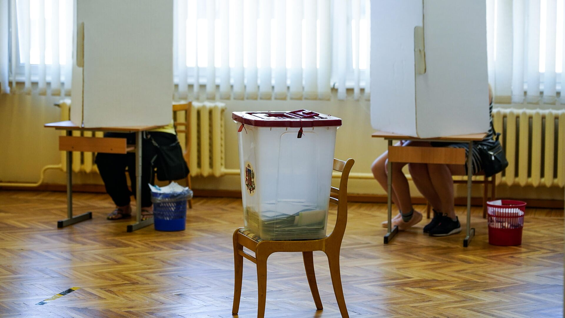 Урна для голосования на избирательном участке в Елгаве - Sputnik Латвия, 1920, 12.09.2021