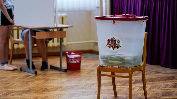 Урна для голосования на избирательном участке в Елгаве - Sputnik Латвия