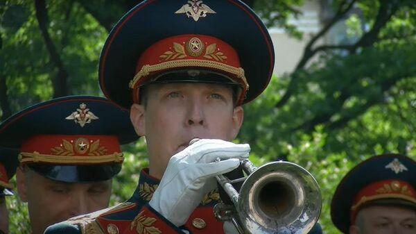 Военный оркестр поздравил ветерана Великой Отечественной со столетним юбилеем - Sputnik Latvija