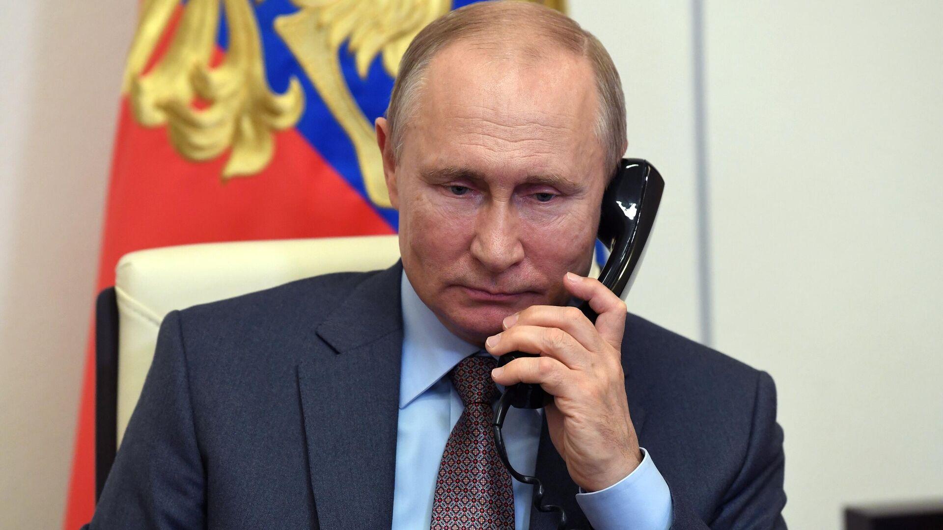 Президент РФ Владимир Путин во время телефонной беседы - Sputnik Латвия, 1920, 07.06.2021