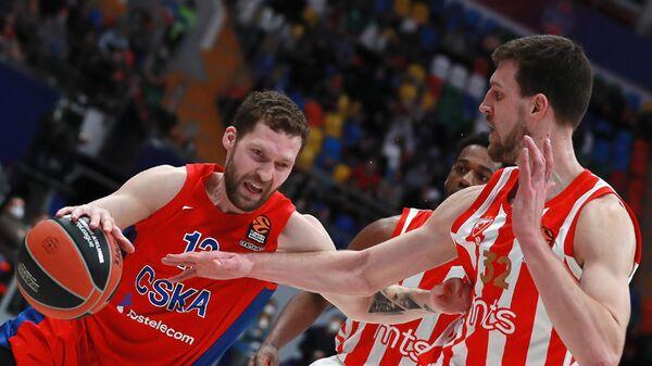 Игрок ЦСКА Янис Стрелниекс (слева) и игрок Црвена Звезда Огнен Кузмич в матче 30-го тура регулярного чемпионата мужской баскетбольной Евролиги - Sputnik Латвия