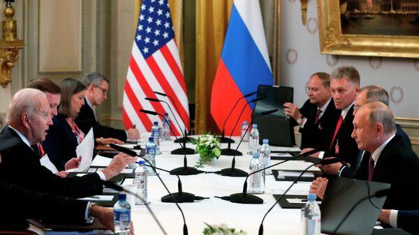 Участники российско-американских переговоров в расширенном составе на саммите в Женеве - Sputnik Латвия