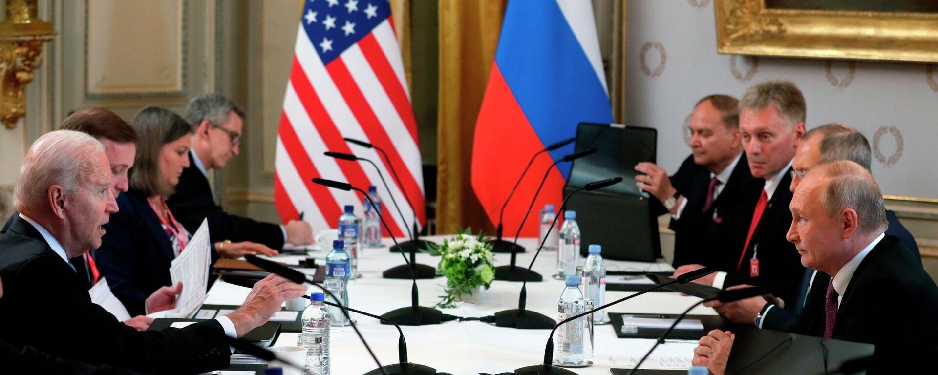 Участники российско-американских переговоров в расширенном составе на саммите в Женеве - Sputnik Латвия, 1920, 17.06.2021