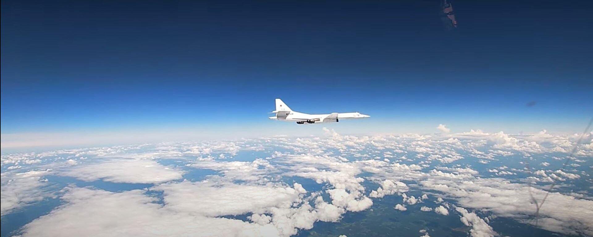 Опубликовано видео встречи над Балтикой ракетоносцев Ту-160 с истребителями НАТО - Sputnik Латвия, 1920, 17.06.2021