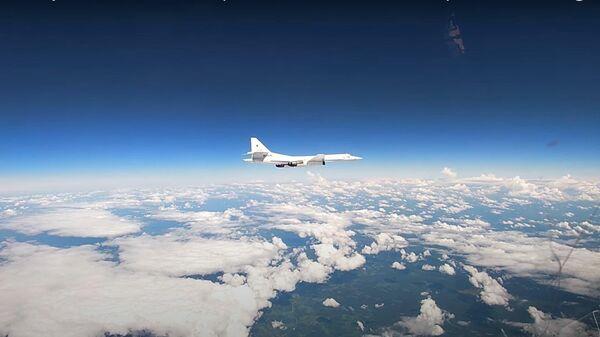 Опубликовано видео встречи над Балтикой ракетоносцев Ту-160 с истребителями НАТО - Sputnik Латвия