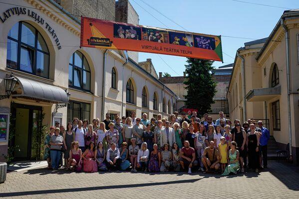Сотрудники Латвийского театра кукол совершили по улицам Риги парад с куклами, которые впервые покинули своды театра. - Sputnik Латвия