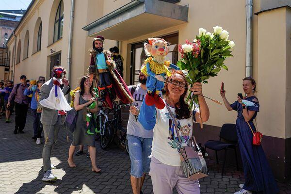 Участники труппы устроили символический прощальный парад в окрестностях театра. - Sputnik Латвия