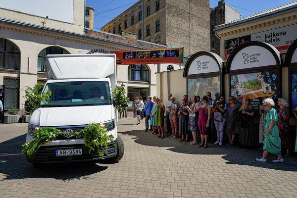 Фургон увез кукол и оборудование на новое место прописки под всеобщие аплодисменты. - Sputnik Латвия
