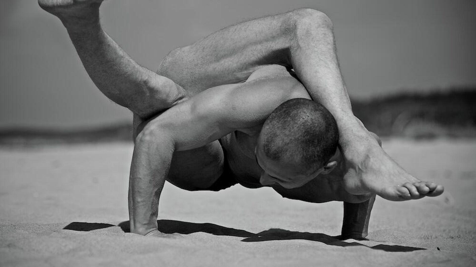 Ведущий латвийский инструктор йоги Сергей Павлюкевич - Sputnik Латвия, 1920, 21.06.2021