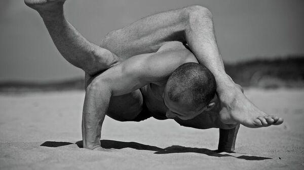 Ведущий латвийский инструктор йоги Сергей Павлюкевич - Sputnik Латвия