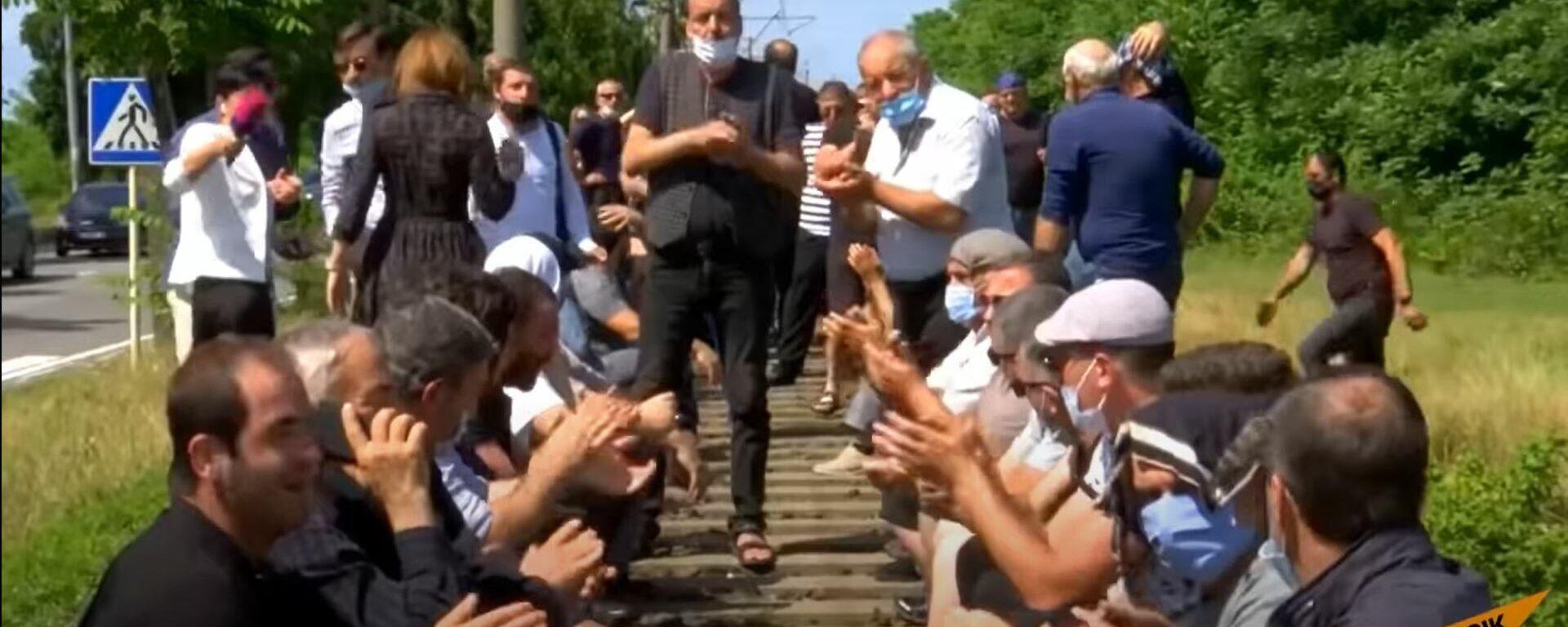 Протестующие в Грузии пытались заблокировать железную дорогу - Sputnik Латвия, 1920, 21.06.2021