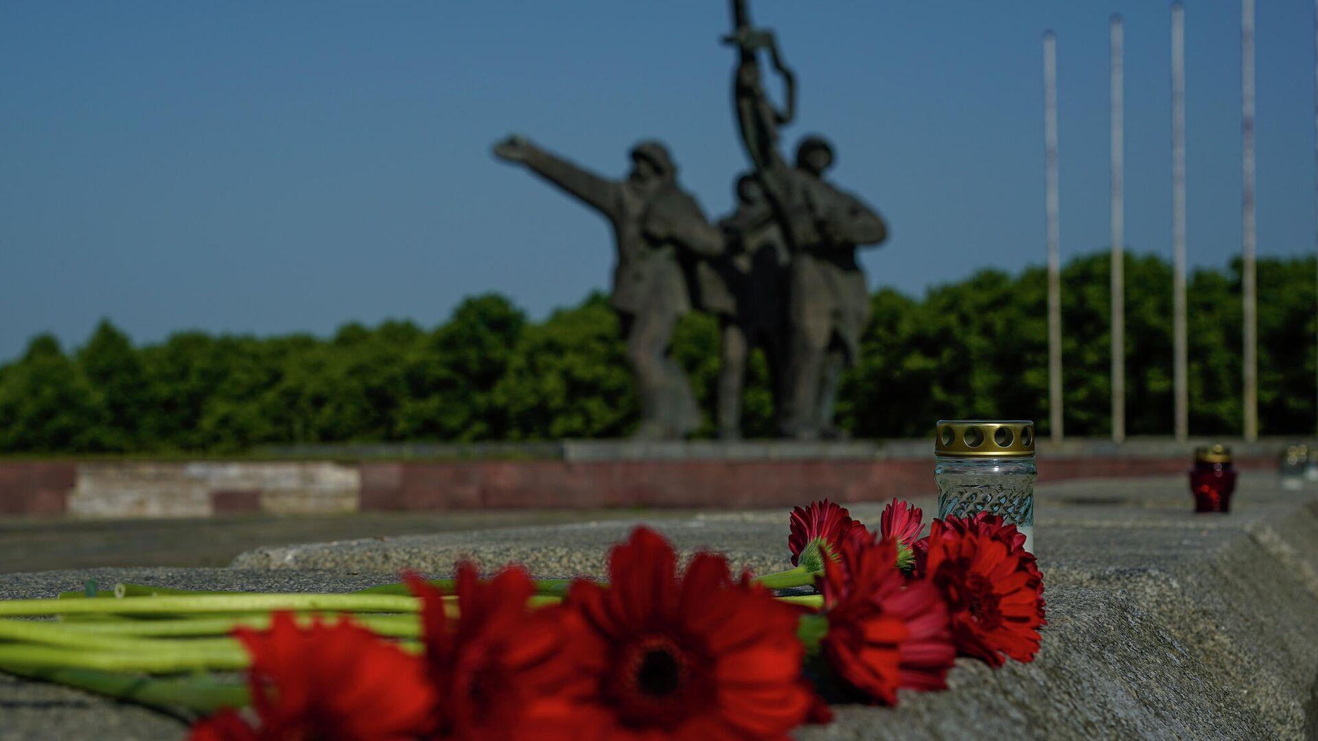 Цветы у монумента Освободителям в Риге - Sputnik Латвия, 1920, 23.06.2021