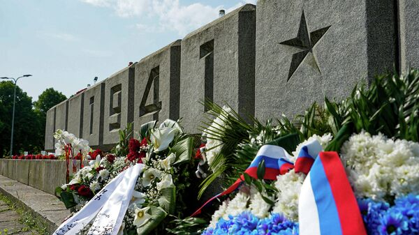 Цветы у монумента Освободителям в Риге - Sputnik Латвия