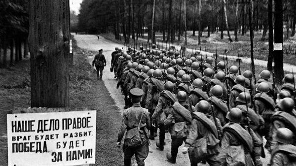Мобилизация. Колонны бойцов движутся на фронт. Москва, 23 июня 1941 года. - Sputnik Latvija