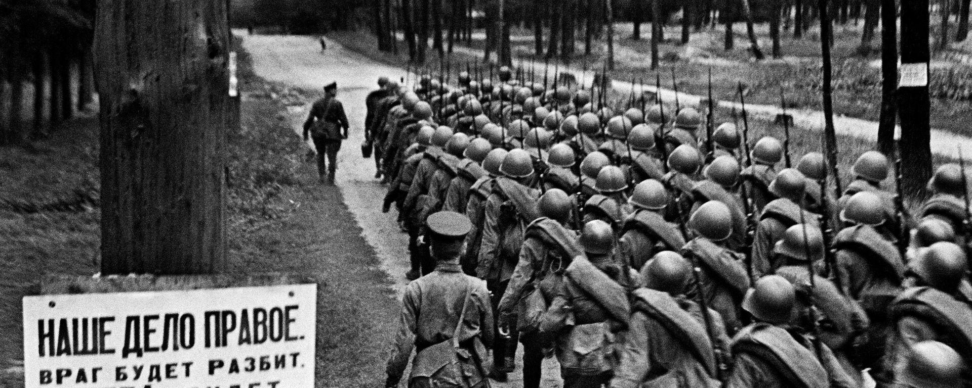 Мобилизация. Колонны бойцов движутся на фронт. Москва, 23 июня 1941 года. - Sputnik Latvija, 1920, 27.06.2021