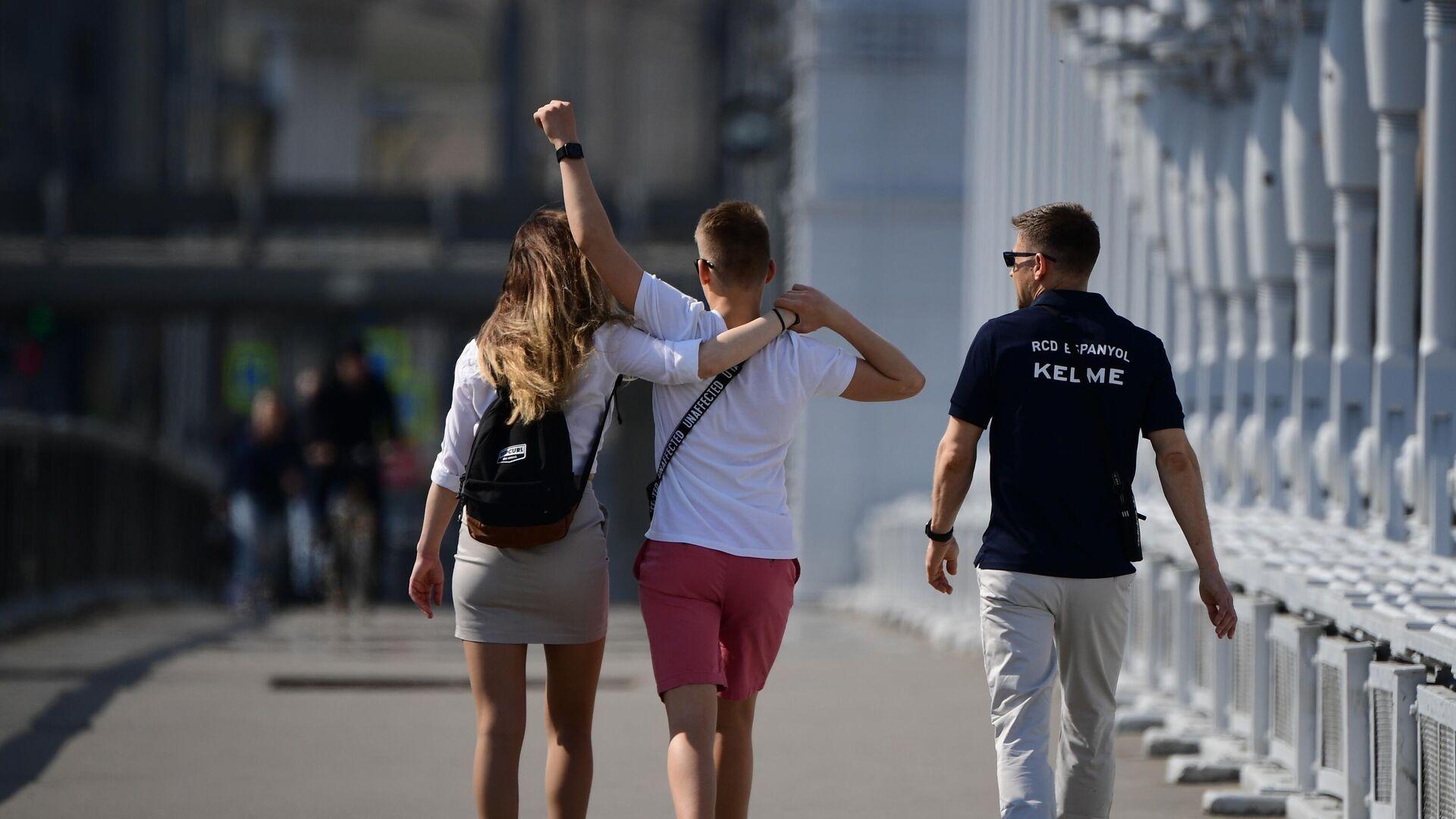 Молодые люди идут по Крымскому мосту в Москве - Sputnik Латвия, 1920, 23.06.2021