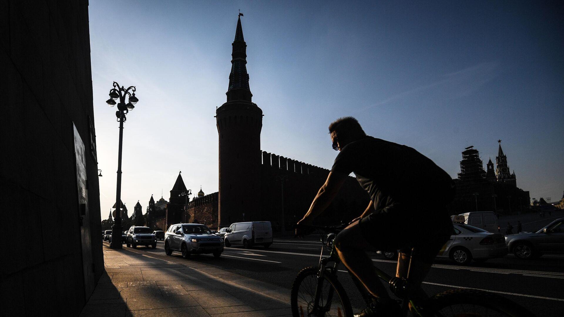 Велосипедист на фоне Московского Кремля - Sputnik Латвия, 1920, 25.06.2021