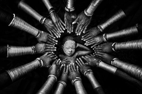 """Снимок """"Племенная идентичность"""" мьянманского фотографа Zay Yar Lin, победивший в категории Character Study в конкурсе 2021 The International Portrait Photographer of the Year. - Sputnik Латвия"""