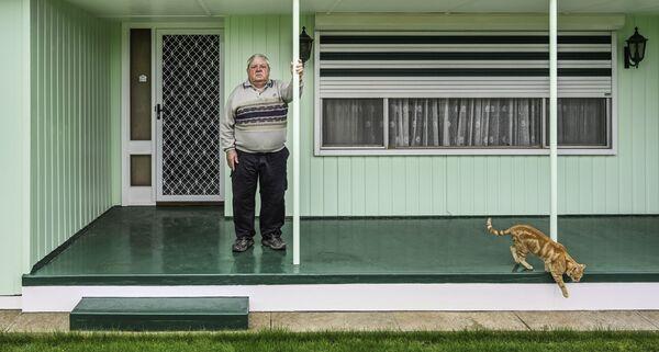 """Снимок """"Кошка и веранда"""" австралийского фотографа Karen Waller, занявший 2-е место в категории Environmental Portrait в конкурсе 2021 The International Portrait Photographer of the Year. - Sputnik Латвия"""