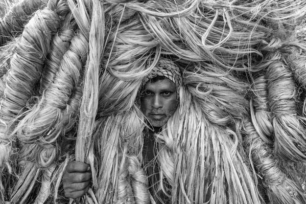"Снимок ""Человек золотых волокон"" бангладешского фотографа Azim Khan Ronnie, занявший 3-е место в категории Environmental Portrait в конкурсе 2021 The International Portrait Photographer of the Year. - Sputnik Латвия"
