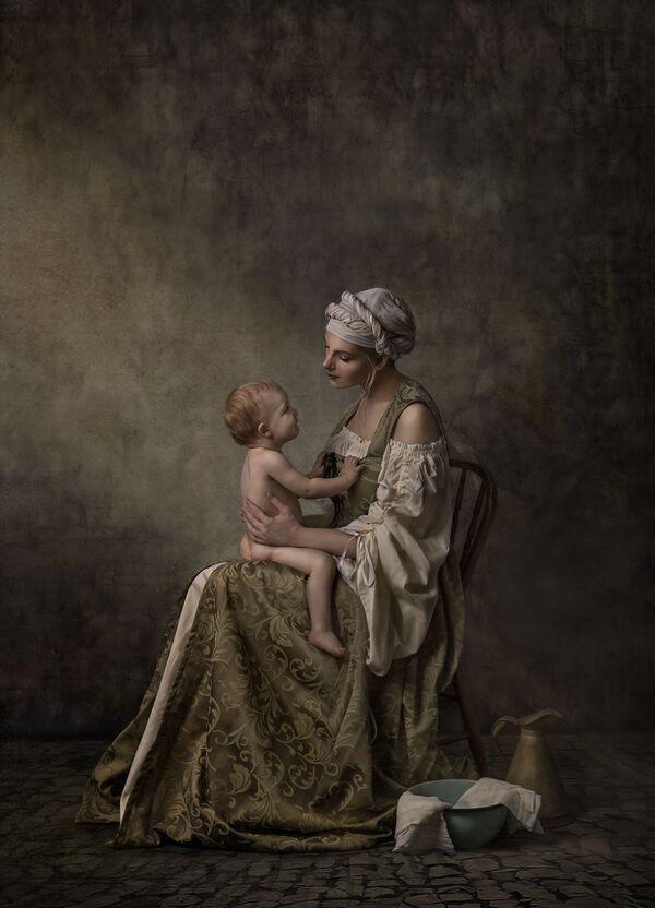 "Снимок ""Тихая связь"" австралийского фотографа Nancy Flammea, занявший 3-е место в категории Family Sitting в конкурсе 2021 The International Portrait Photographer of the Year. - Sputnik Латвия"