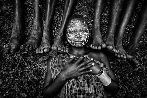 "Снимок ""Девушка из племени сури"" фотографа из Мьянмы Zay Yar Lin, занявший 1-е место в категории The Family Sitting в конкурсе 2021 The International Portrait Photographer of the Year. - Sputnik Латвия"