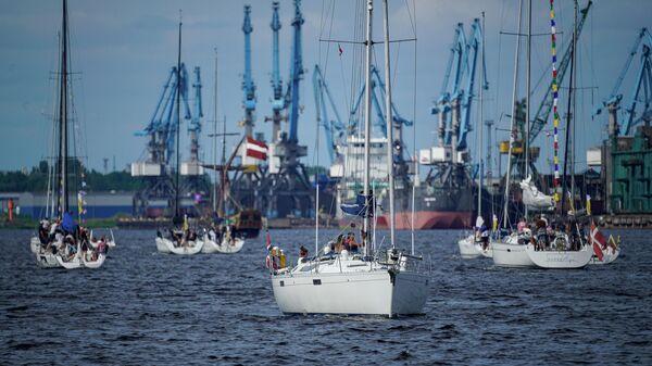 В Риге у Вантового моста прошел парад участников  Регата Рижского залива - Sputnik Латвия