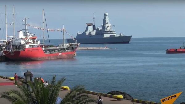 С чувством выполненного долга: британский эсминец в грузинском порту - Sputnik Латвия