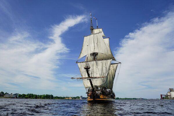 Это точная копия боевого корабля Петра Первого, построенного в 1703 году для обороны Санкт-Петербурга.  - Sputnik Латвия