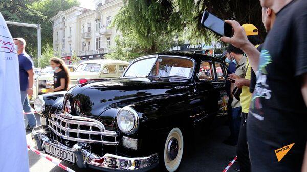 В Душанбе состоялся традиционный фестиваль - выставка коллекционных ретроавтомобилей  - Sputnik Latvija