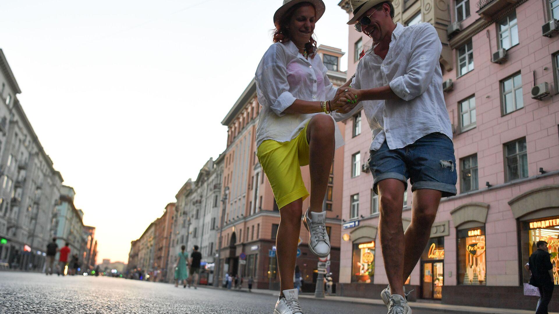 Pāris dejo Maskavas ielā - Sputnik Latvija, 1920, 02.10.2021