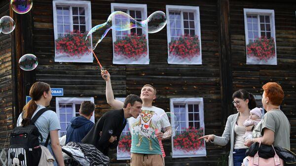 Шоу мыльных пузырей на одной из улиц в Переславле-Залесском - Sputnik Латвия