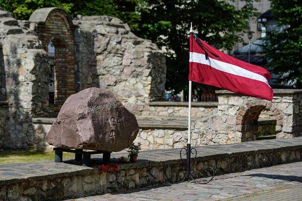 На месте Большой хоральной синагоги в Риге, сожженной нацистскими пособниками из команды Арайса в начале июля 1941 года, сейчас располагается символический фундамент и памятник Жанису Липке и другим спасителям евреев. - Sputnik Латвия