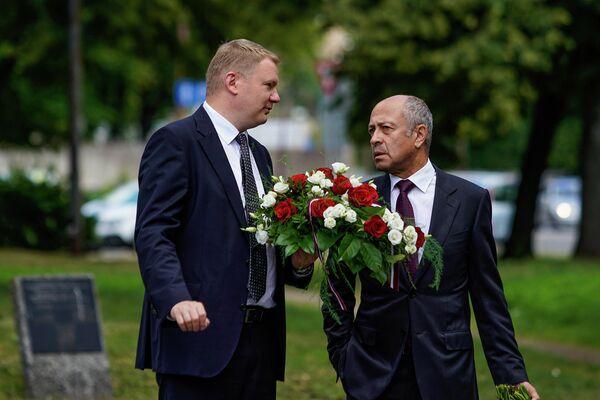 Эдвардс Смилтенс, заместитель председателя Рижской думы и экс-мэр Риги Олег Буров. - Sputnik Латвия