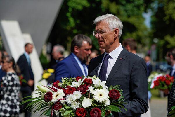 Премьер-министр Латвии Кришьянис Кариньш на церемонии возложения цветов 4 июля. - Sputnik Латвия