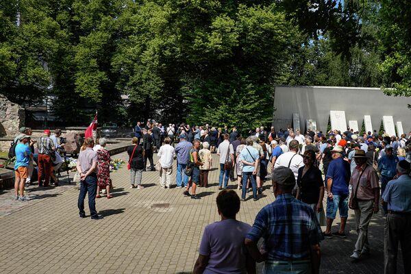 Около ста человек собрались у мемориала на месте Большой хоральной синагоги. - Sputnik Латвия