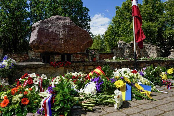 Они возлагают к памятнику цветы и венки. - Sputnik Латвия