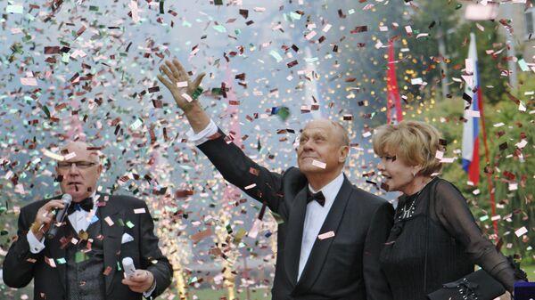Vladimirs Meņšovs ar dzīvesbiedri Veru Aļentovu Kino zvaigžņu alejā Maskavā. - Sputnik Latvija