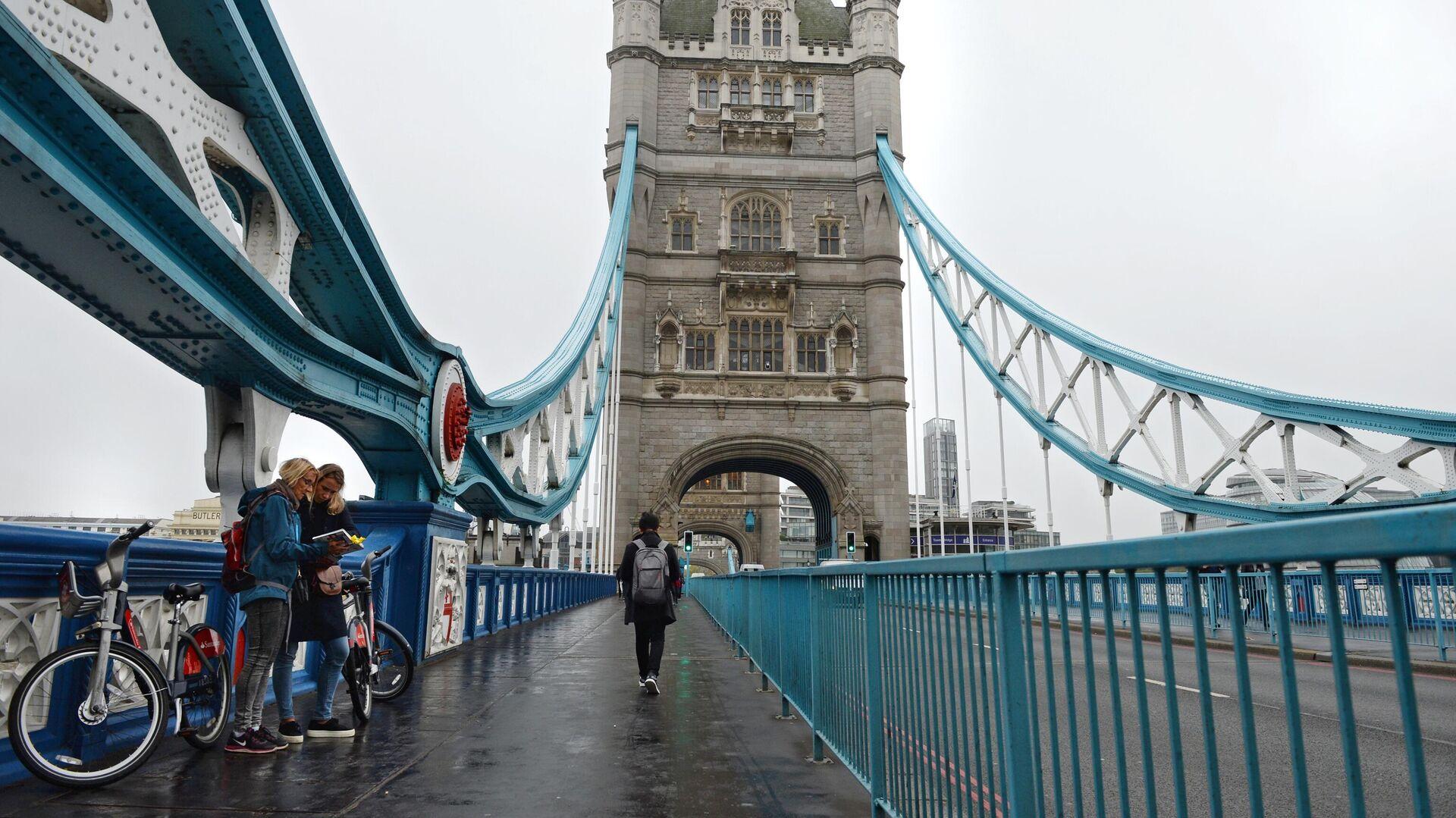 Туристы на Тауэрском мосту над Темзой в Лондоне - Sputnik Латвия, 1920, 06.07.2021
